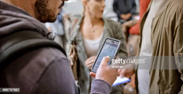 business personen am flughafen - strichkodeleser stock-fotos und bilder