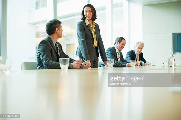 Geschäftsleute am Konferenztisch in office