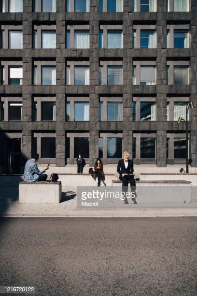 business people at square keeping social distance - formelle geschäftskleidung stock-fotos und bilder