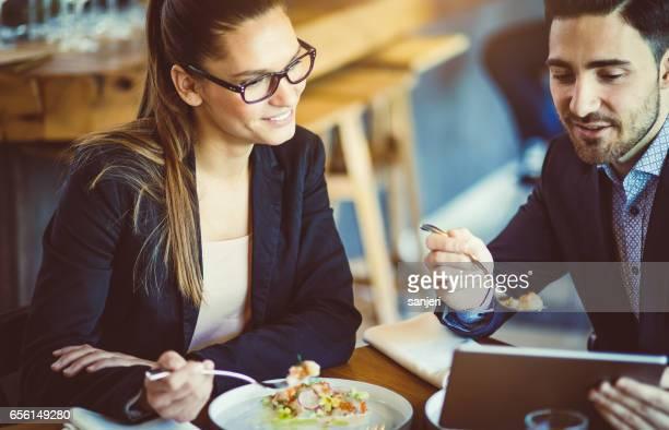 Gens d'affaires au Cafe Restaurant discuter pendant le déjeuner d'affaires