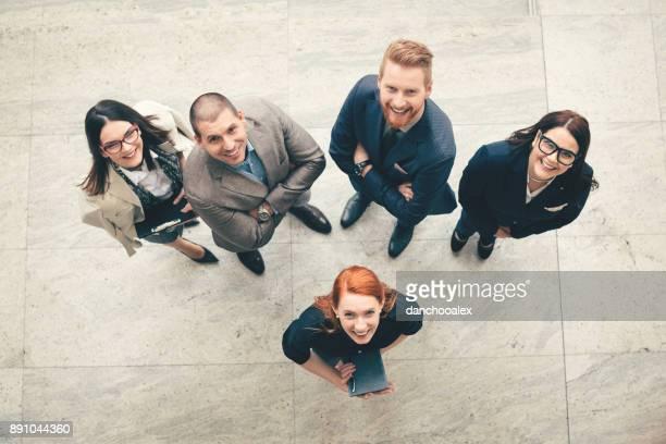 pessoas de negócios no trabalho  - grupo médio de pessoas - fotografias e filmes do acervo