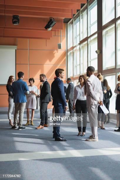 zakenmensen die een conferentie bijwonen - bijwonen stockfoto's en -beelden