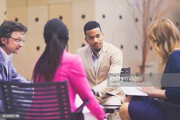 Geschäftsleute, die an einer Tagung teilnehmen in der lobby