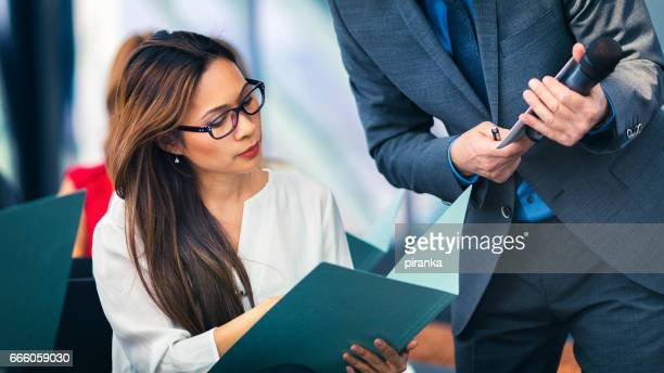 Geschäftsleute, die Teilnahme an einer Präsentation