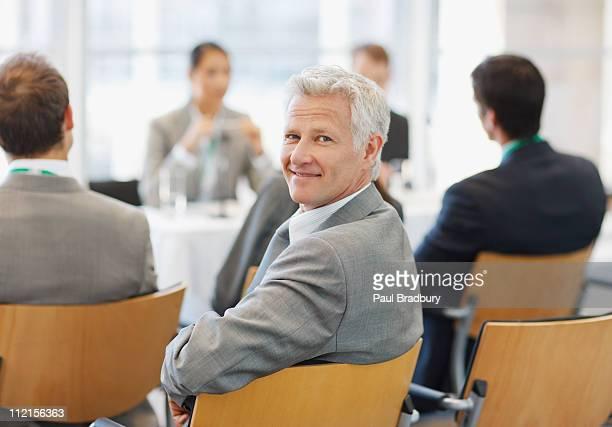 hommes d'affaires participant à des séminaires dans le bureau - tourner photos et images de collection