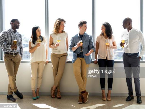 gens d'affaires célébrant au bureau - after party photos et images de collection