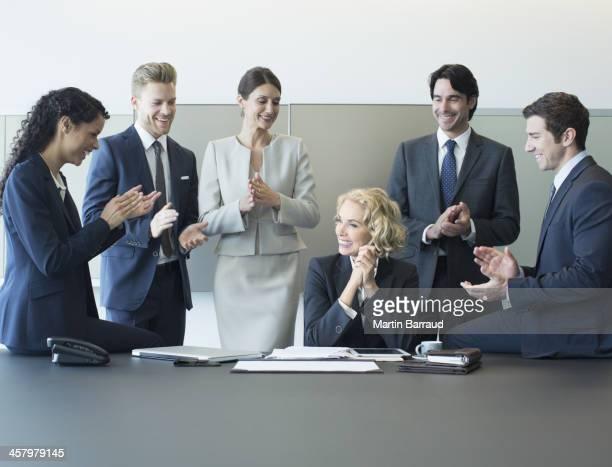 ビジネスの人々の喜びのミーティング