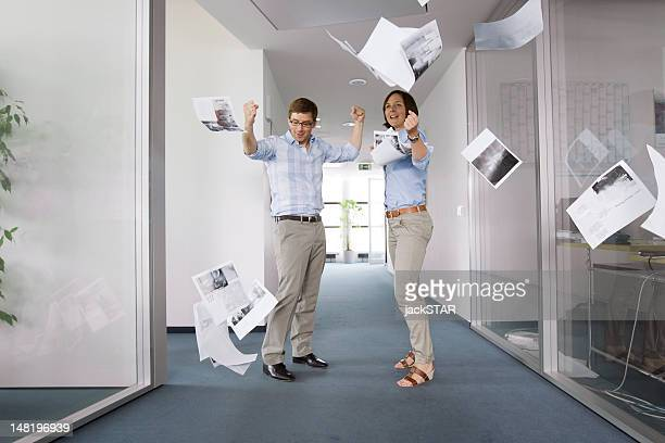 Business-Menschen jubeln im Büro