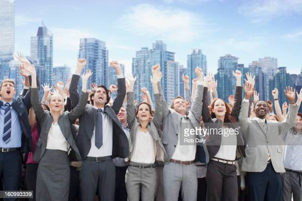 Business-Menschen jubeln mit Arme heben vor skyline
