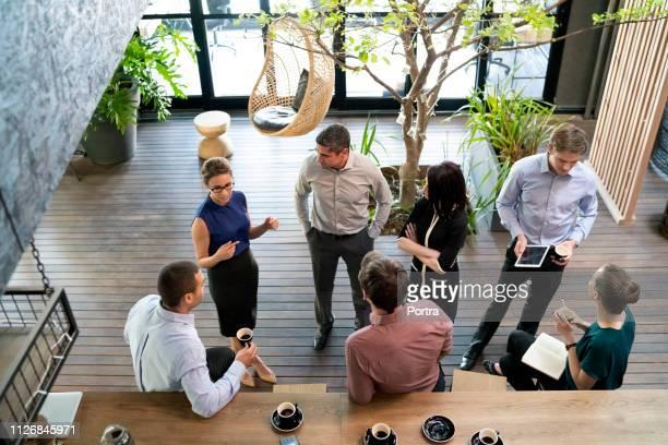 gens d'affaires communiquant dans le café - pause café photos et images de collection