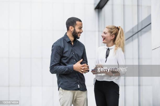 mensen uit het bedrijfsleven bespreken fenikshal - voor stockfoto's en -beelden