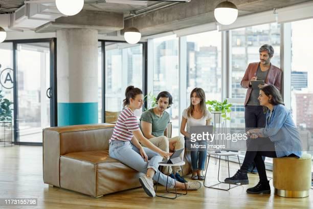 zakenmensen bespreken in vergadering op kantoor - ottomane stockfoto's en -beelden