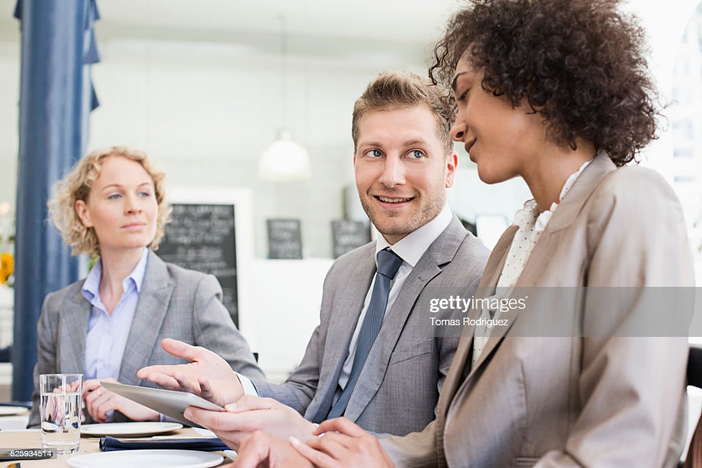 Business people discussing in restaurant : Stockfoto