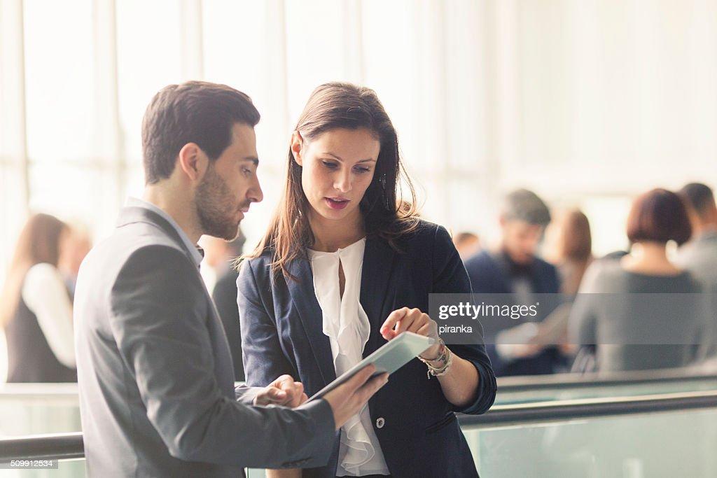 Pessoas de negócios a discutir no lobby : Foto de stock