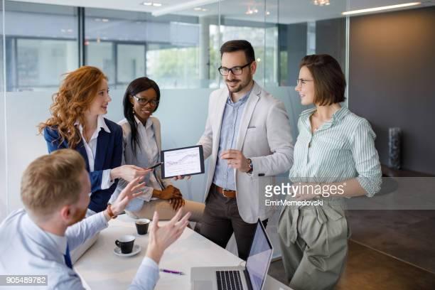 Geschäftsleute, die Diskussion über neue Markt- und Analyse