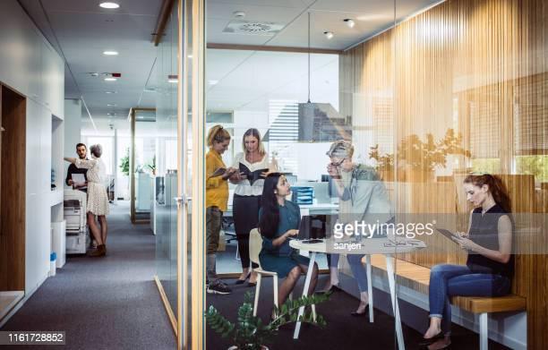 executivos que discutem - reunião de equipe - fotografias e filmes do acervo