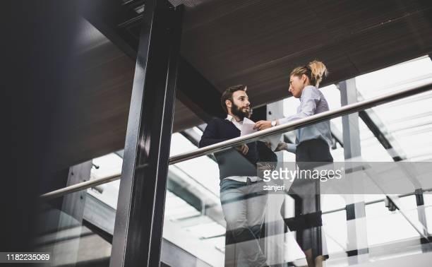 uomini d'affari che discutono - finanza ed economia foto e immagini stock