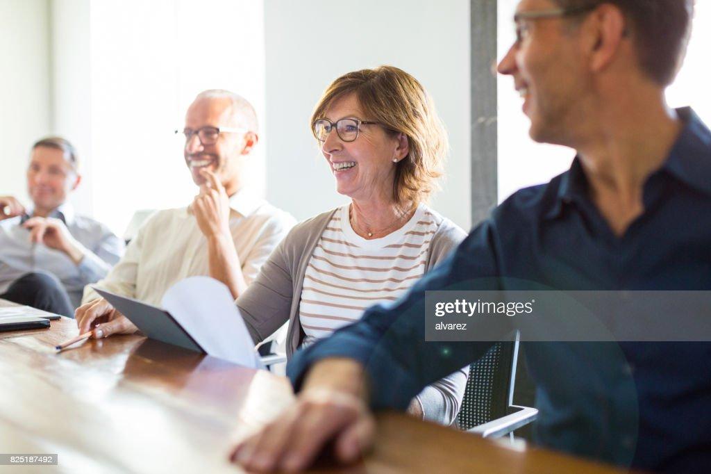 Business-Leute während der Sitzung im Sitzungssaal : Stock-Foto