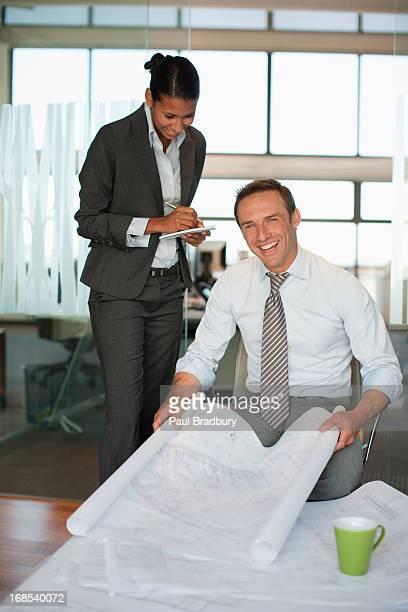 Gens d'affaires dans le Bureau examine plan