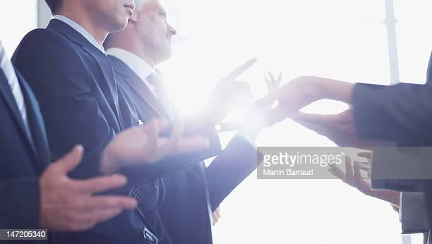 Las personas de negocios Gesticular cara a cara