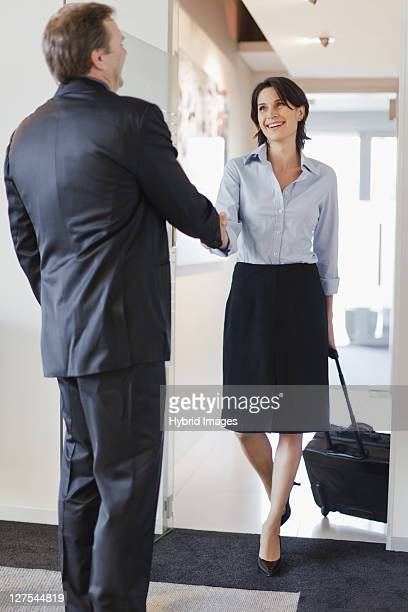 business people greeting in office - tre fjärdedels längd bildbanksfoton och bilder