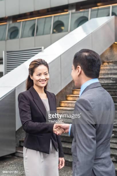 握手をするビジネス人