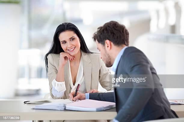 Geschäftsleute mit Treffen in modernen Büro