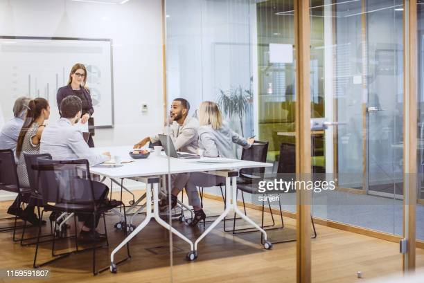 executivos que têm uma reunião no quarto da placa - roupa formal - fotografias e filmes do acervo