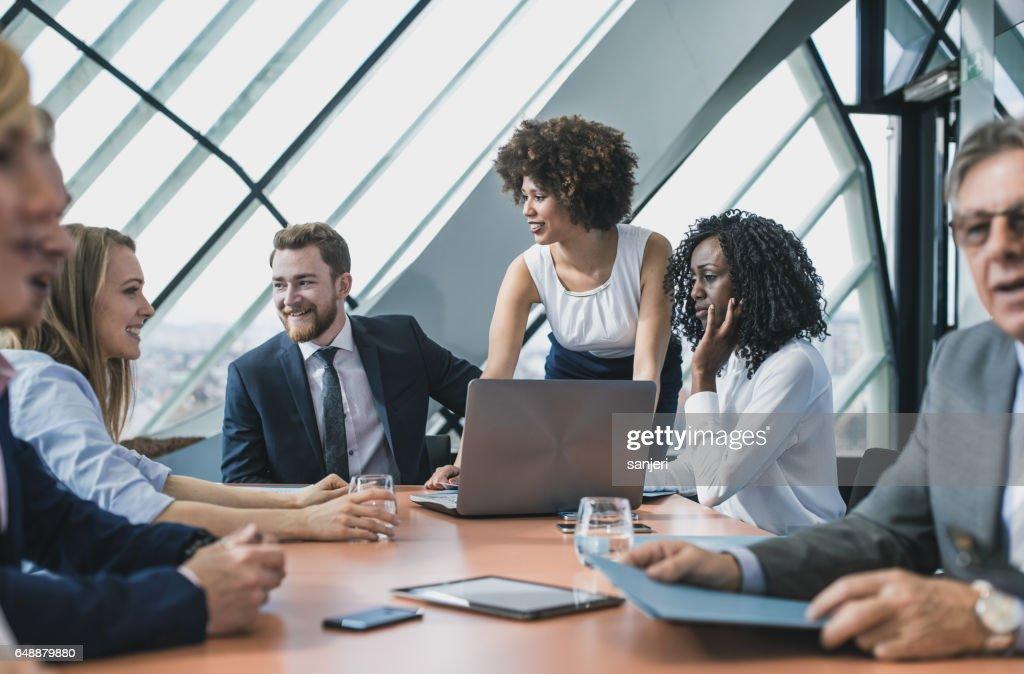 Geschäftsleute Sie eine Tagung im Boardroom : Stock-Foto
