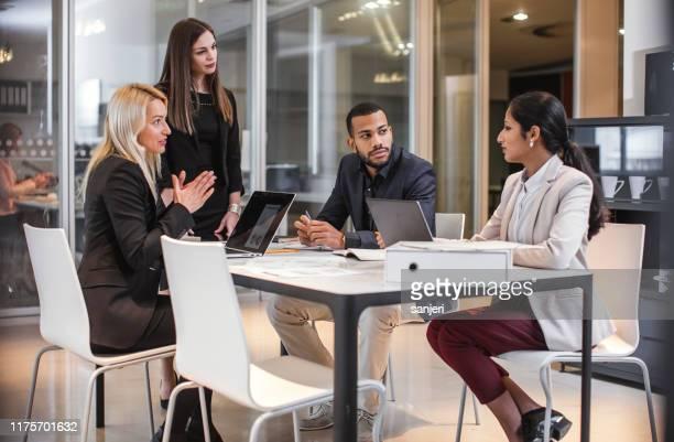 executivos que têm uma reunião - colega de trabalho papel humano - fotografias e filmes do acervo