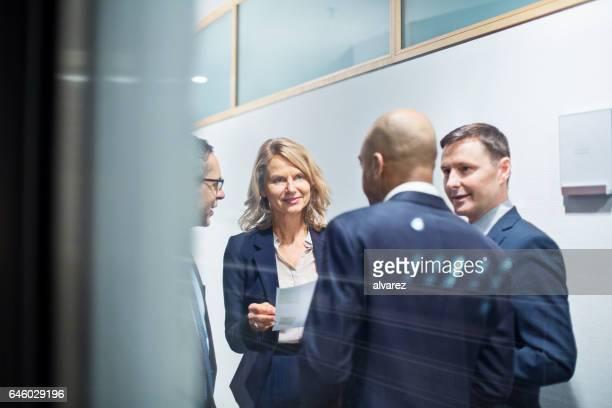Geschäftsleute, die mit einem ständigen treffen im Büro Korridor