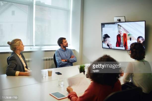 business people having a video call - gruppo medio di persone foto e immagini stock