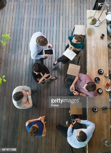 カフェでコーヒーを飲んでビジネス人々