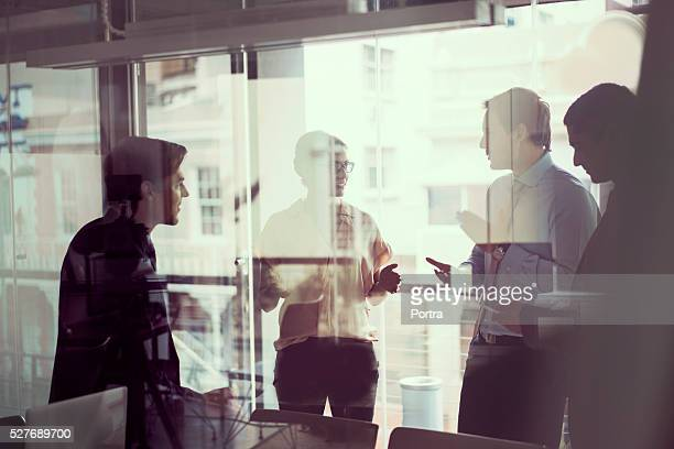 business people having discussion in modern office - bedrijven financiën en industrie stockfoto's en -beelden