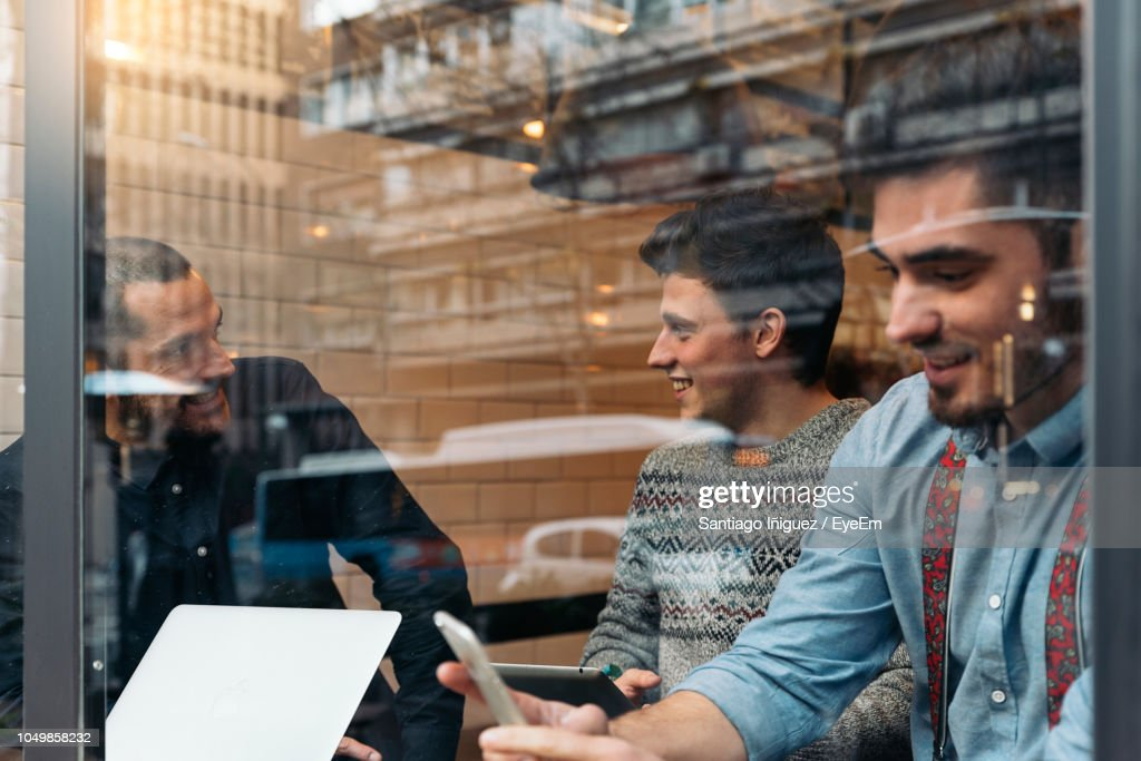 Business People Having Drink In Cafe : Stock-Foto