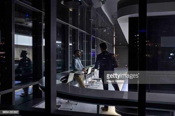 business people having late night casual meeting at corporate office space - ereignis atmosphäre stock-fotos und bilder