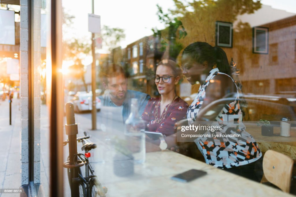 Business people having meeting in cafe : Stock-Foto