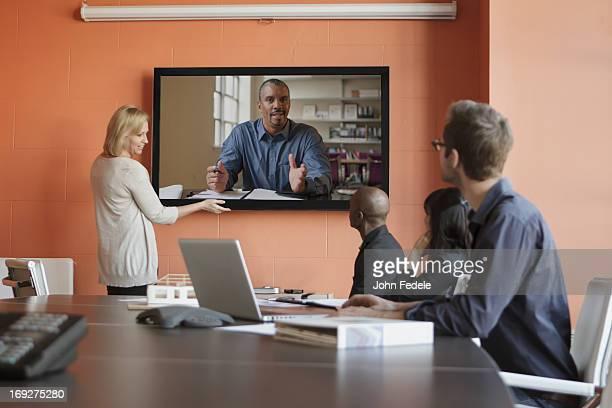 テレビ会議を行う会社員たち
