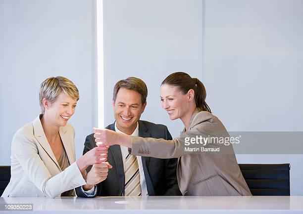 Gens d'affaires tenant éclatante de lumière dans la salle de conférence