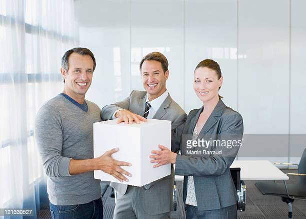 Geschäftsleute holding große weiße Würfel
