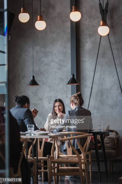 uomini d'affari in un ristorante di fascia alta - lunch foto e immagini stock