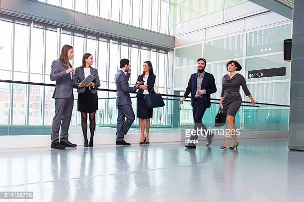 Geschäftsleute in eine lobby ein Bürogebäude