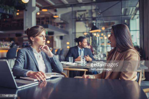 uomini d'affari in una riunione in un ristorante di fascia alta - lunch foto e immagini stock