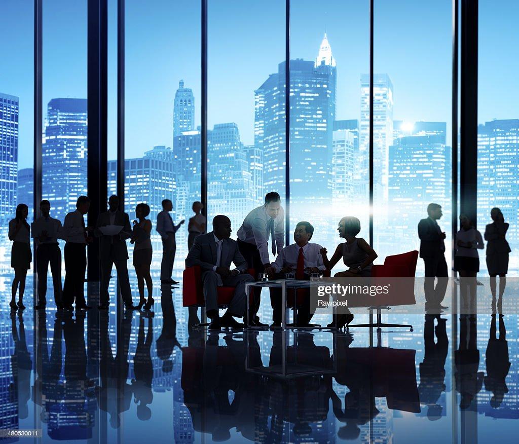 Geschäftsleute, die in einem Büro sprechen : Stock-Foto