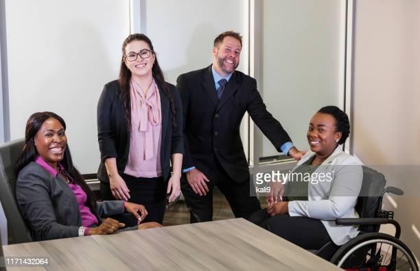 ボードルームのビジネスマン、車椅子の方 - 運営委員会 ストックフォトと画像