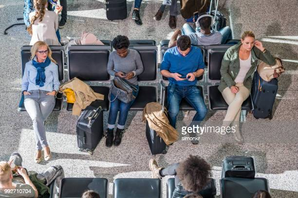 business people in departure lounge - gate stock pictures, royalty-free photos & images