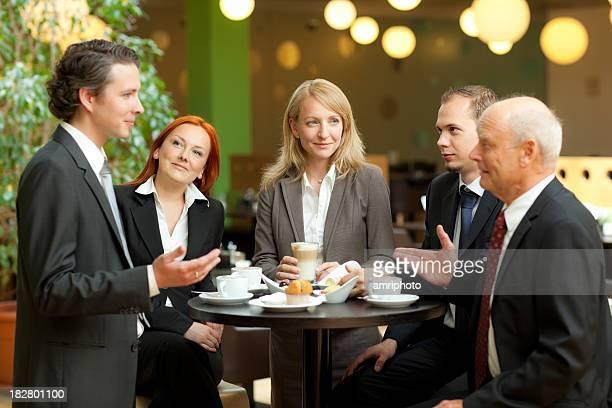 Geschäftsleute in die Diskussion während der Kaffeepause