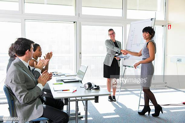 Geschäftsleute in Bildung Zimmer Applaudieren niedlichen Die Gastredner