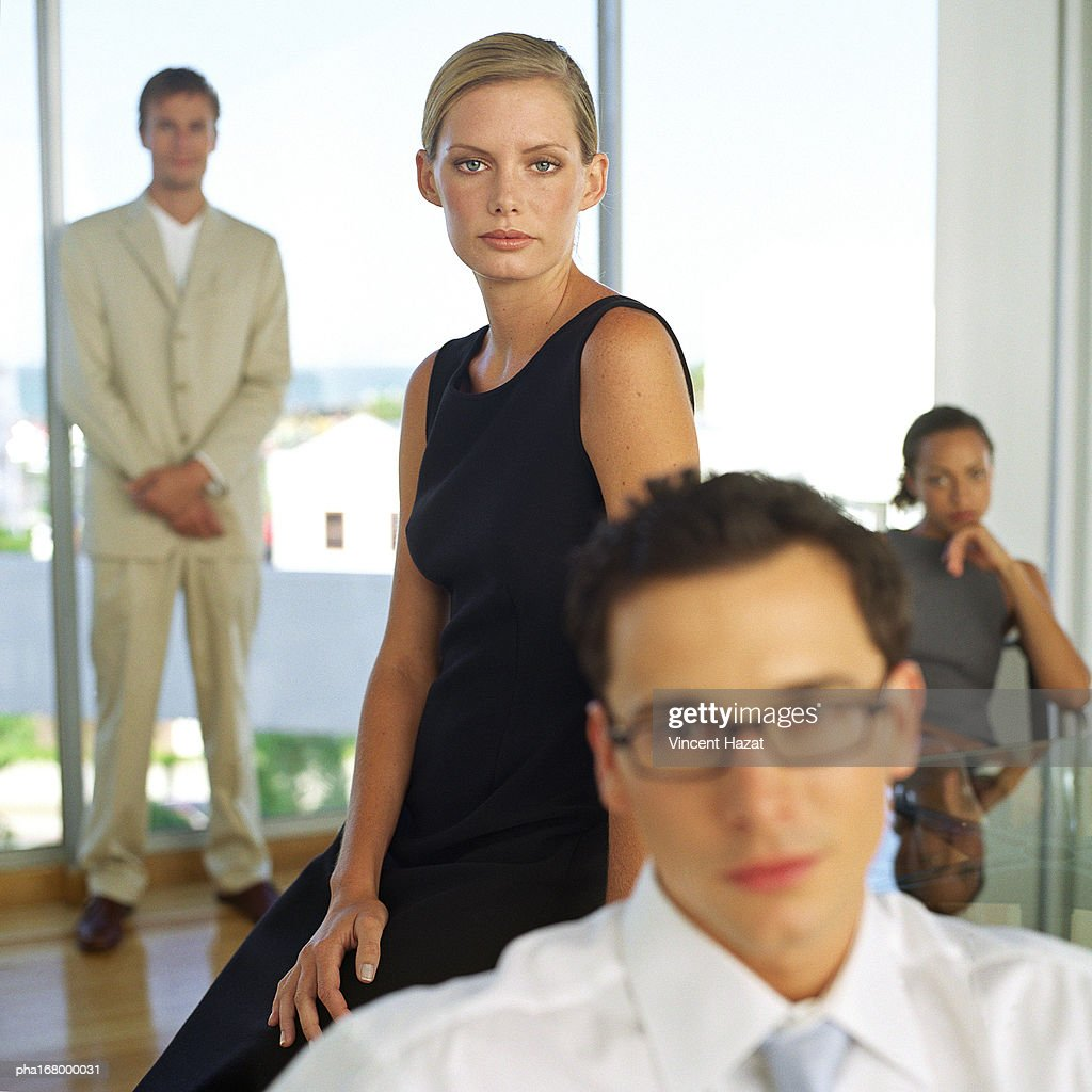 Business people in front of glass wall, portrait, blurred : Stockfoto