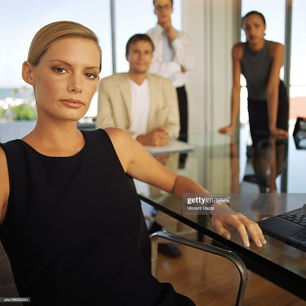 Business people in front of glass wall, portrait : Stockfoto